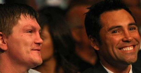 Ricky Hatton (L) with former his former promoter Oscar De La Hoya