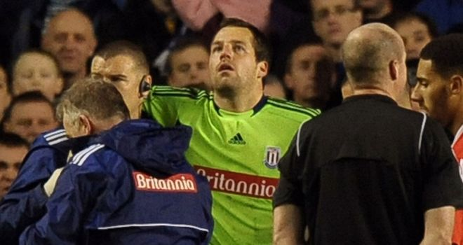 Thomas Sorensen: Stoke keeper leaves the field with concussion at Goodison Park