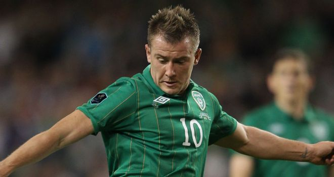 Simon Cox: Striker says Irish don&#39;t fear Spain