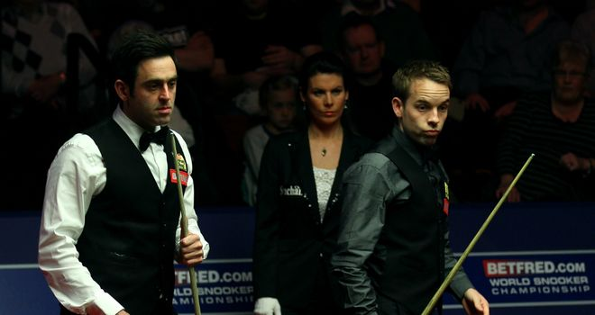 Stamina test: Ronnie O'Sullivan (left) and Ali Carter resume on Monday