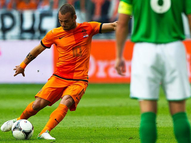 Wesley Sneijder scores Holland's second goal