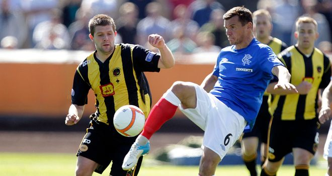 McCulloch (r): Battles for the ball