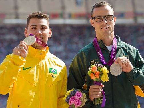 Alan Fonteles Oliveira and Oscar Pistorius at the medal ceremony