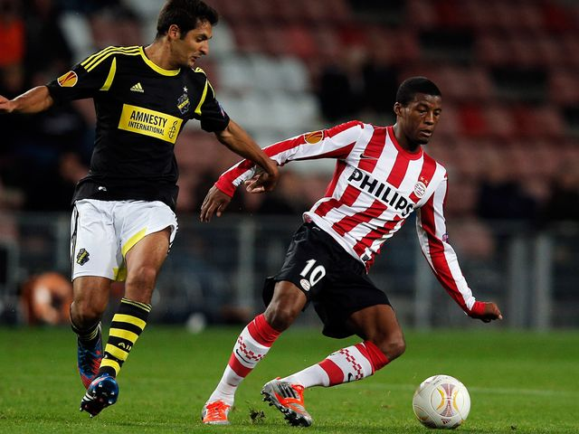 Georgino Wijnaldum controls the ball for PSV