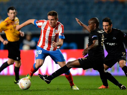 Saul Niguez and Makelele Santos battle for the ball