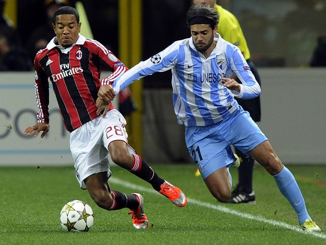 Urby Emanuelson vies with Sergio Sanchez