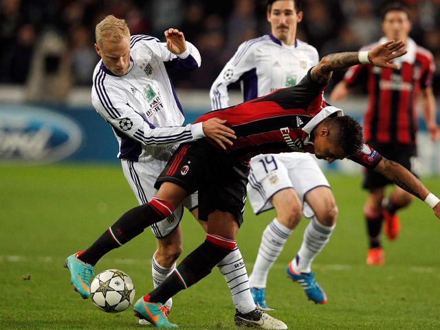 Olivier Deschacht fouls Kevin-Prince Boateng