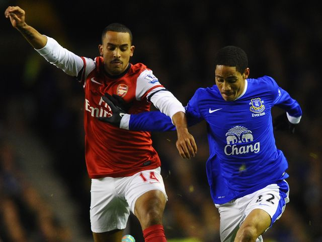 Theo Walcott and Steven Pienaar battle for the ball