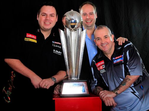 Lewis and Taylor pose with the 'Sid Waddell Trophy' (Lawrence Lustig/PDC)