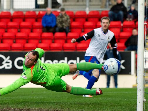 Billy McKay goes close for Inverness