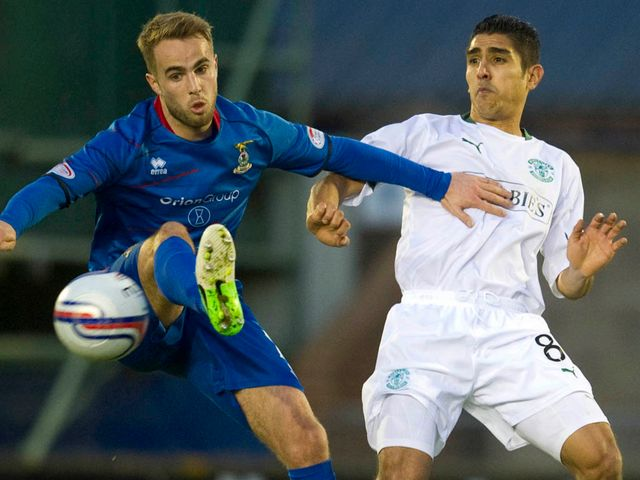 Andrew Shinnie holds off Jorge Claros