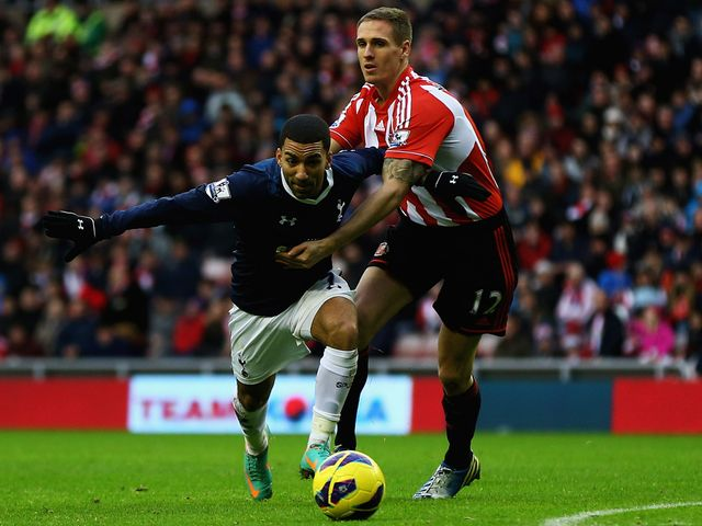 Aaron Lennon tries to wriggle clear