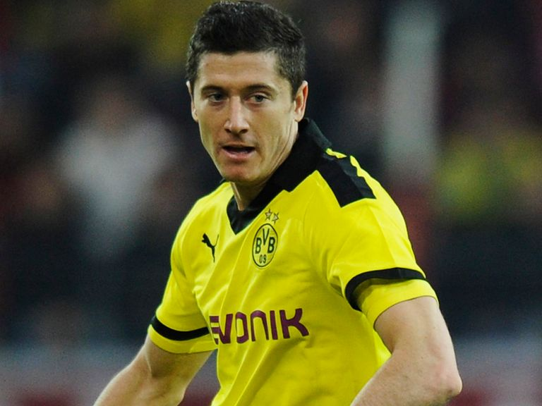 Gomez doesn't feel threatened by Bayern Munich being linked with Lewandowski (pictured)