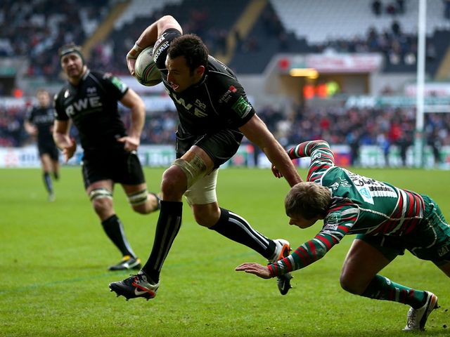Joe Bearman avoids Mathew Tait to score for Ospreys