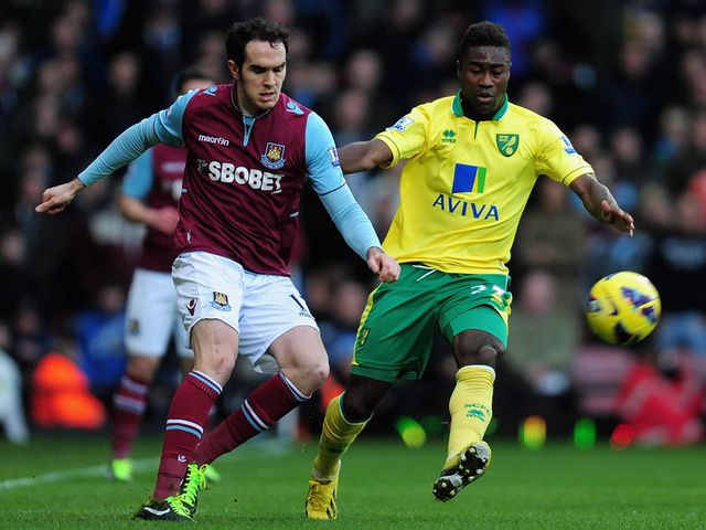 Joey O'Brien tussles with Alexander Tettey