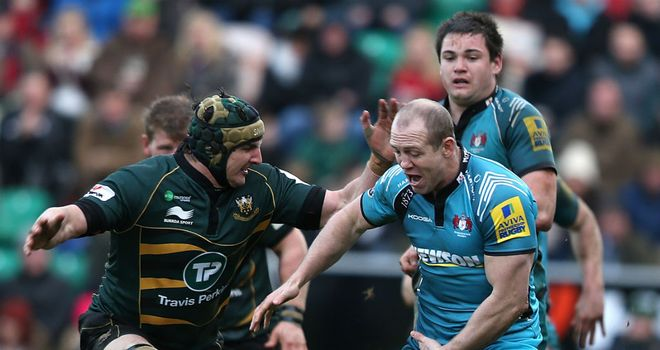 Gloucester's Mike Tindall comes under pressure from Mark Sorenson