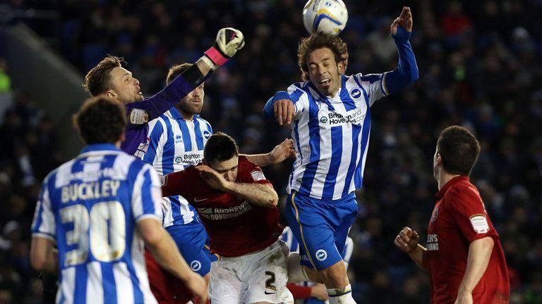 Inigo Calderon fails to find the target with a header