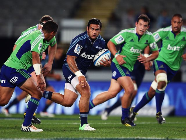 Piri Weepu makes a break for the Blues