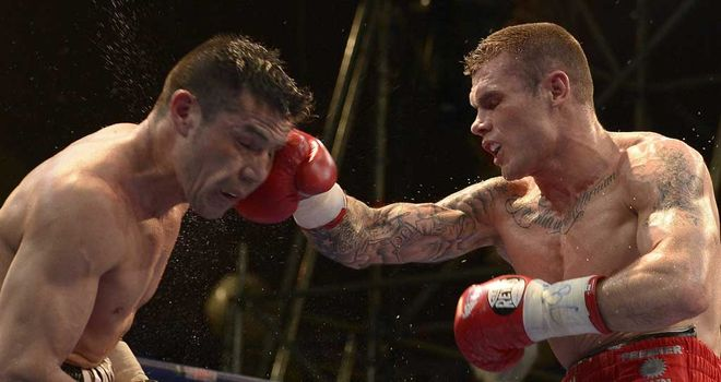 Martin Murray on the offensive against Sergio Martinez in Buenos Aires