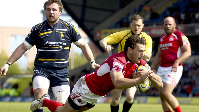 Tom Arscott: Dives over to score for London Welsh