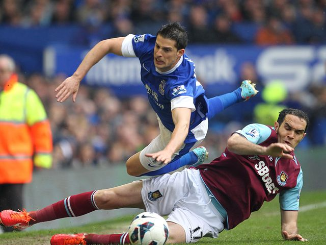 Joey O'Brien tackles Everton's Kevin Mirallas