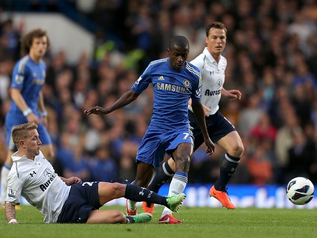 Ramires moves away from Lewis Holtby.