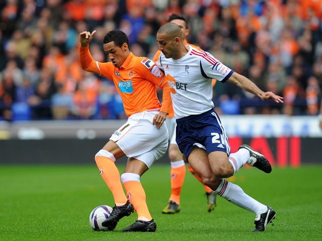 Tom Ince battles for the ball with Darren Pratley.