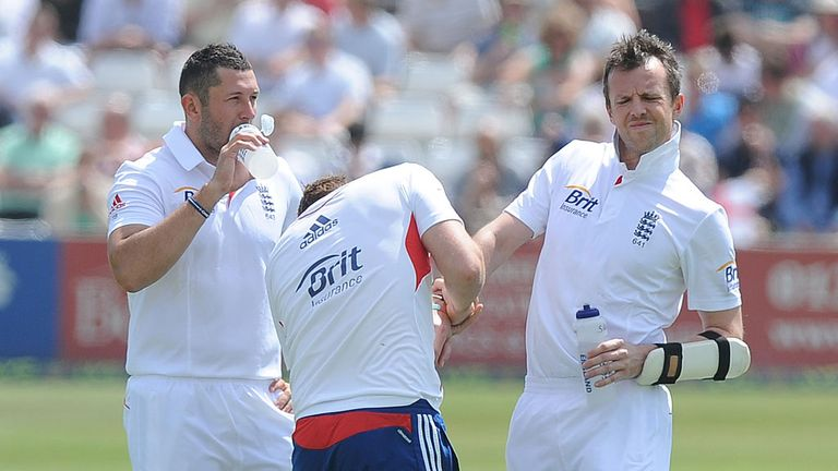 Graeme Swann (R): Suffered an injury scare against Essex