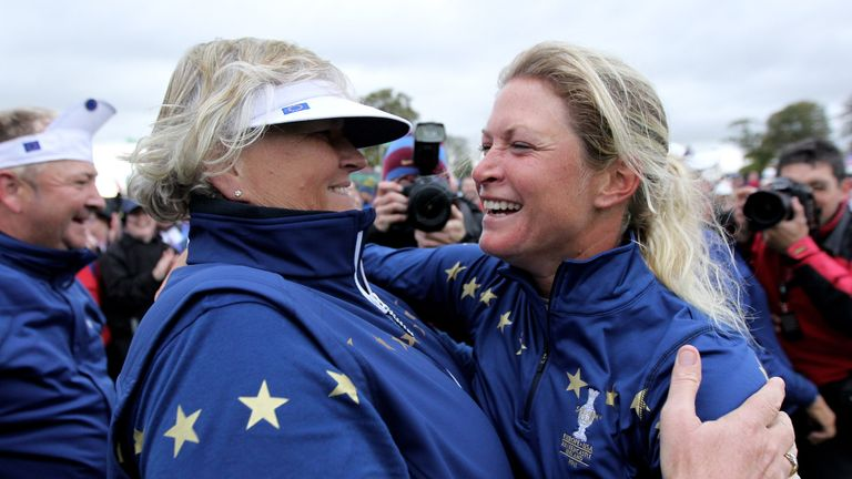 Suzann Pettersen celebrates on the 18th green with Laura Davies