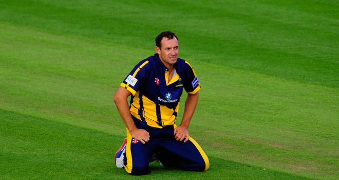 Dean Cosker: Glamorgan spinner agrees new contract