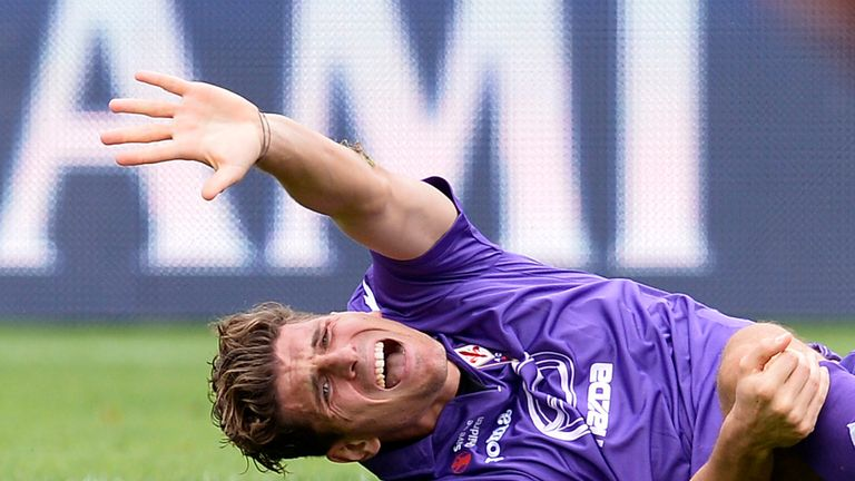 Mario Gomez: Fiorentina striker injured knee during draw with Cagliari