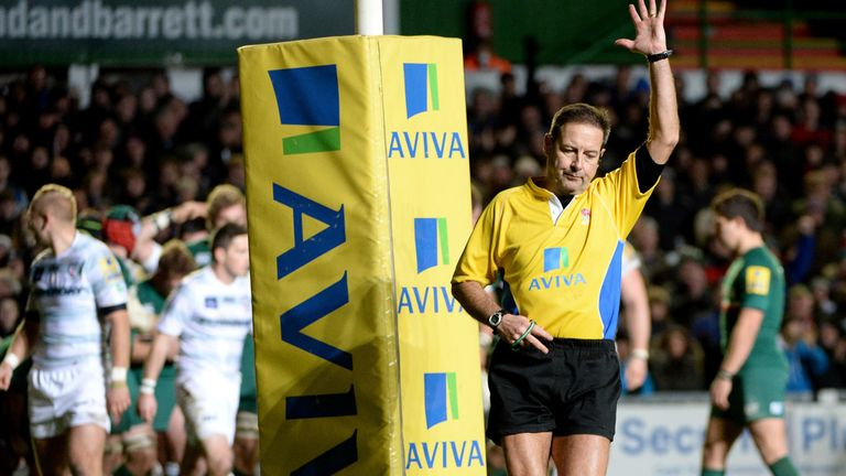 Referee Martin Fox awards Leicester a second penalty try