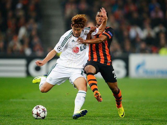Heung Min Son and Douglas Costa battle for the ball