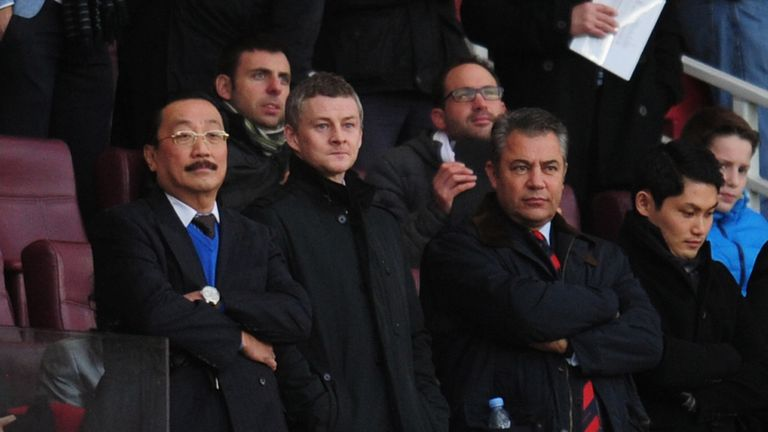Ole Gunnar Solskjaer (c) and Cardiff owner Vincent Tan (l) look on from the stands at Emirates Stadium