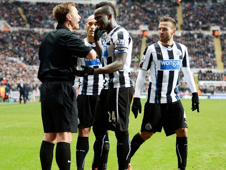 Cheick Tiote argues with Mike Jones on Sunday
