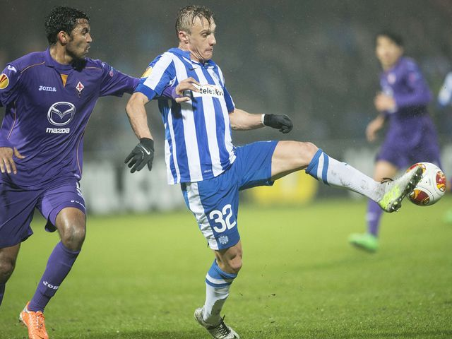 Esbjerg's Martin Pusic vies with Fiorentina's Marvin Compper