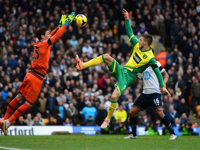 Hugo Lloris gets to the ball ahead of Ricky van Wolfswinkel
