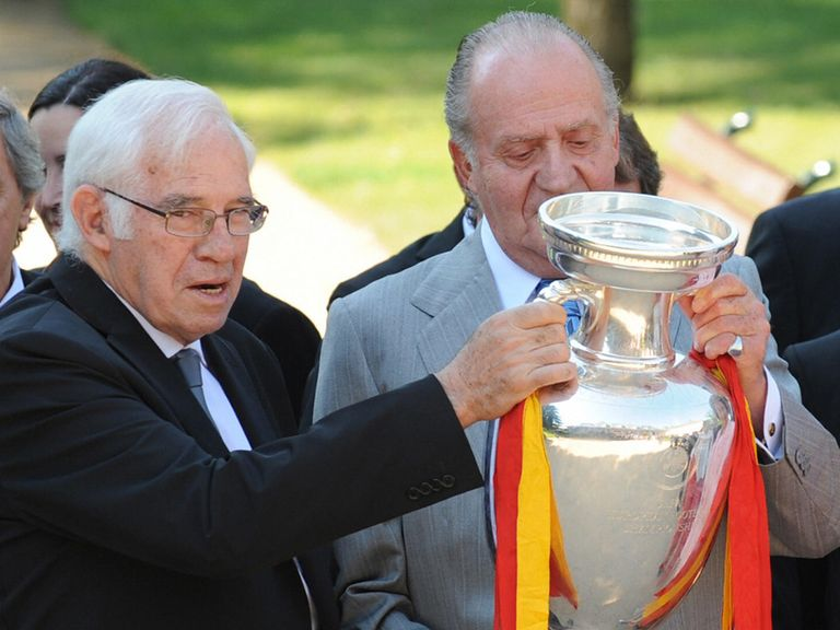 Luis Aragones (l) shows King Juan Carlos the Euro 2008 trophy six years ago