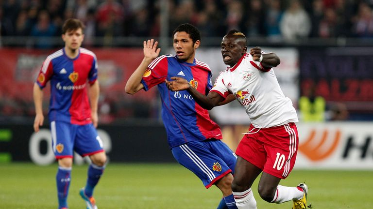 Mohamed Elneny challenges Sadio Mane in the game between Salzburg and Basel.