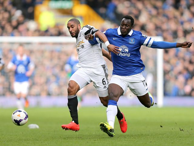 Ashley Williams and Romelu Lukaku run for the ball