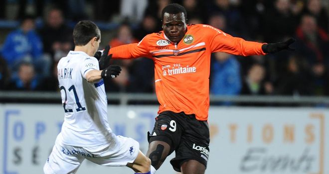 Fethi Harek vies with Vincent Aboubakar