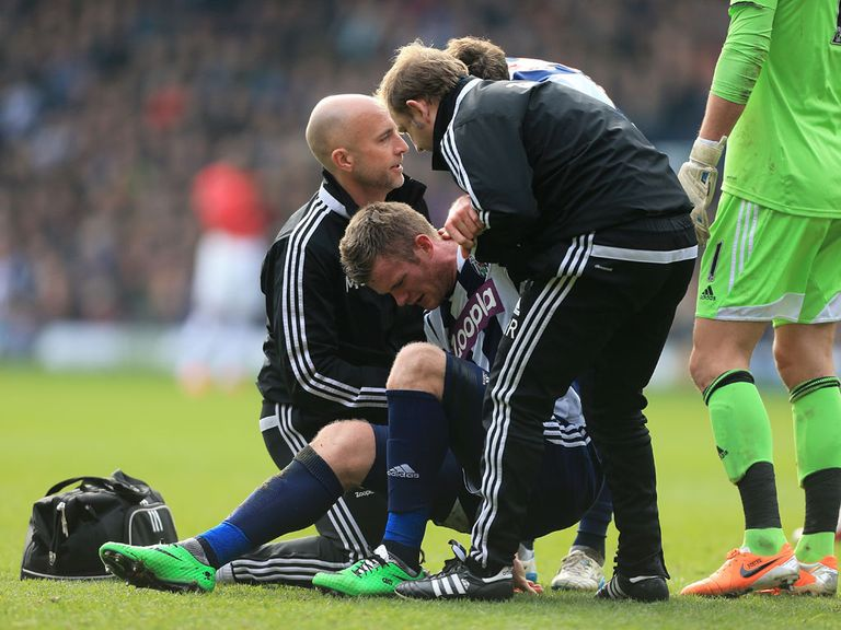 Chris Brunt: Knee injury will keep him out for up to six weeks