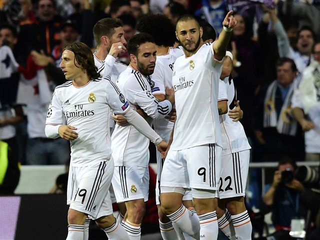 Real Madrid celebrate Benzema's goal