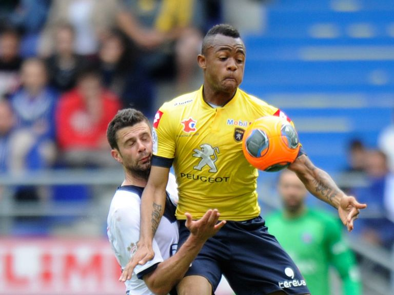 PSG's Thiago Motta and Sochaux forward Jordan Ayew collide