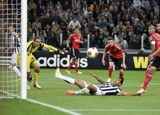 Carlos Tevez misses an opportunity for the Italians