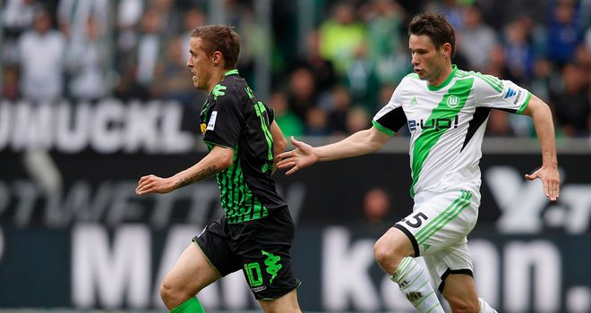 Max Kruse gets away from Christian Traesch