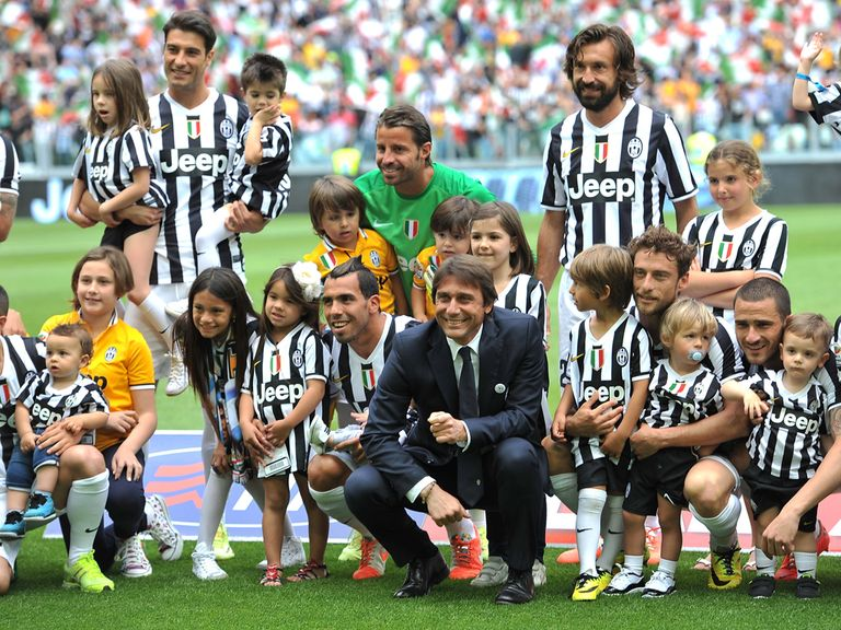 Juventus head coach Antonio Conte and players celebrate