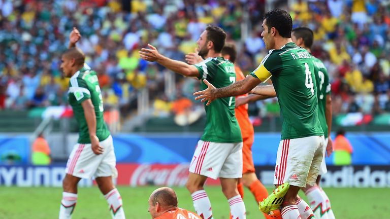 Arjen Robben: Mexico players appeal the decisive penalty the winger won