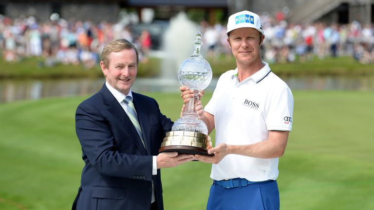 Mikko Ilonen is presented with the trophy by the Taoiseach of Ireland Enda Kenny