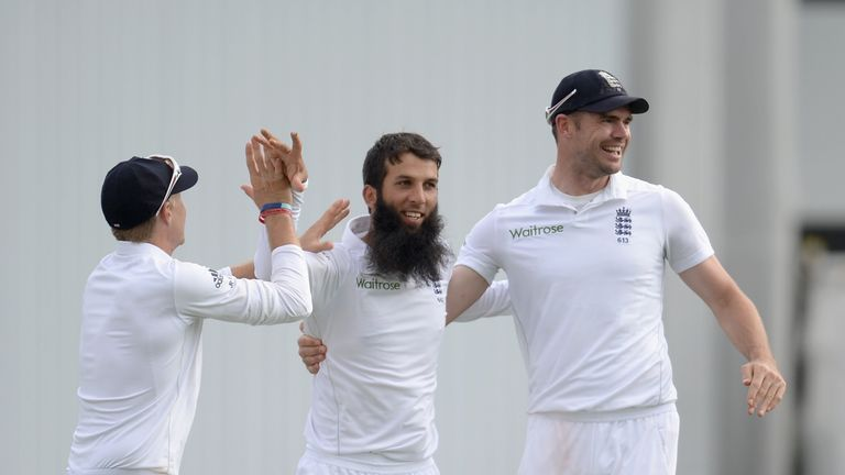 Moeen Ali celebrates with Joe Root and James Anderson after dismissing Lahiru Thirimanne